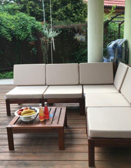 Poduszki ogrodowe na drewniane meble, w kolorze beżowym.
