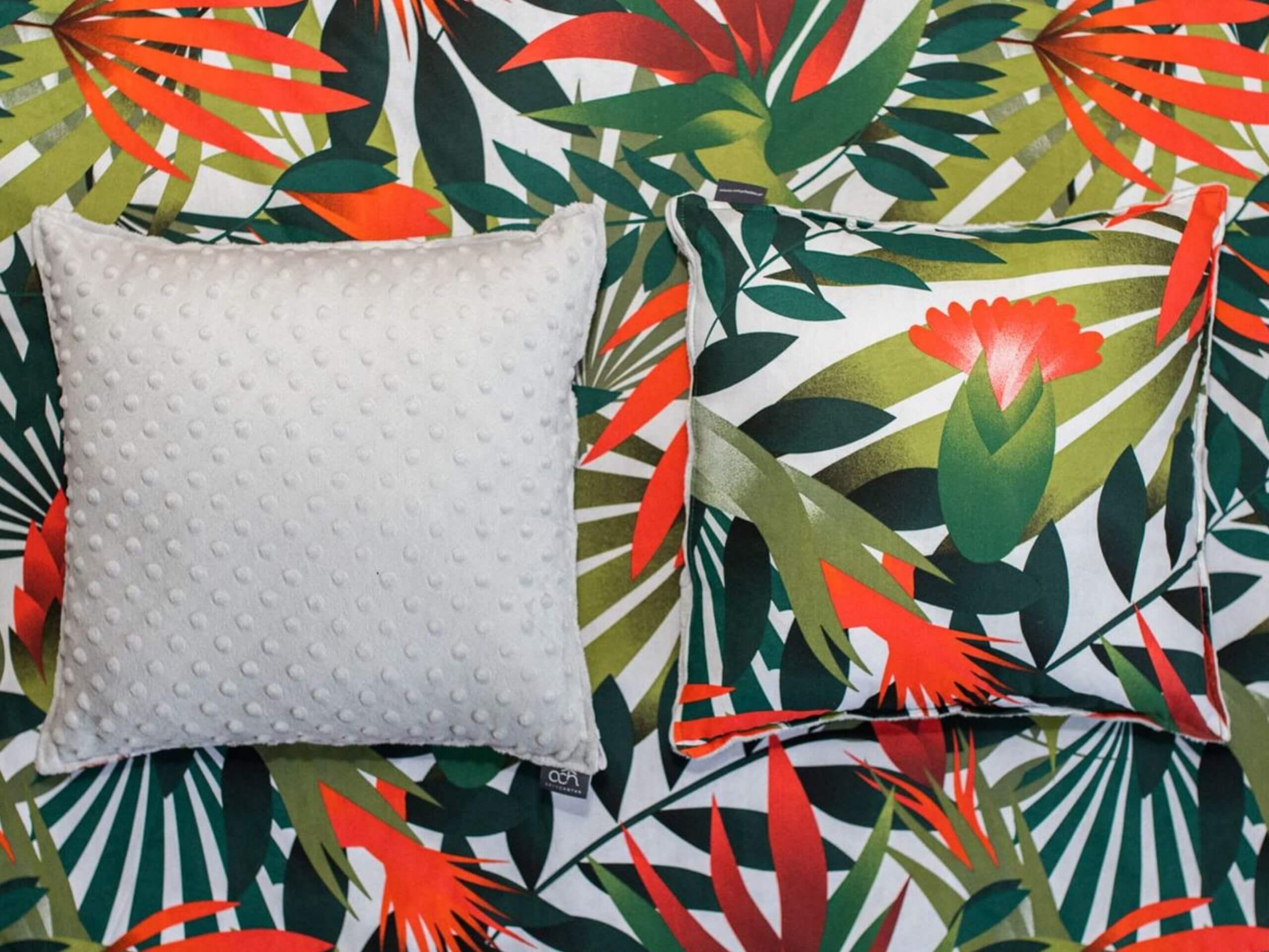 Poduszki i narzuta w egzotyczne liscie